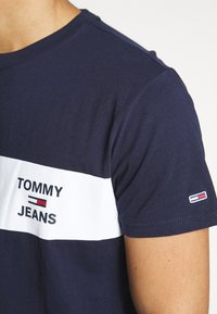 Tommy Jeans - CHEST LOGO TEE - Print T-shirt - twilight navy - 4