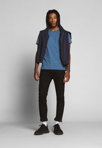 Tommy Jeans - ESSENTIAL SOLID TEE - Basic T-shirt - audacious blue - 1