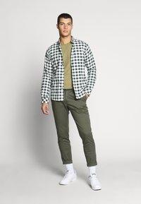 Tommy Jeans - ESSENTIAL JASPE TEE - T-shirts basic - uniform olive - 1