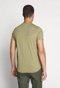 Tommy Jeans - ESSENTIAL JASPE TEE - T-shirts basic - uniform olive - 2