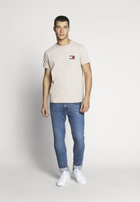 Tommy Jeans - BADGE TEE - T-shirt basic - stone - 1