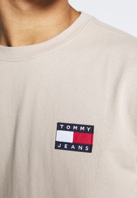 Tommy Jeans - BADGE TEE - T-shirt basic - stone - 4