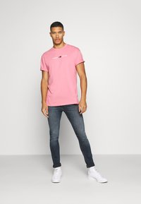 Tommy Jeans - STRAIGHT LOGO TEE - Print T-shirt - rosey pink - 1