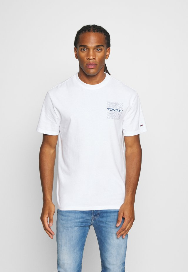REPEAT LOGO TEE - Print T-shirt - white