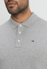 Tommy Jeans - ORIGINAL FINE SLIM FIT - Piké - light grey - 4