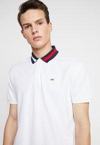 Tommy Jeans - FLAG NECK  - Piké - white - 5