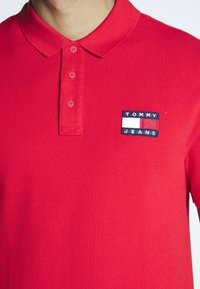 Tommy Jeans - BADGE  - Polo shirt - racing red - 5
