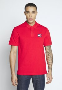 Tommy Jeans - BADGE  - Polo shirt - racing red - 0