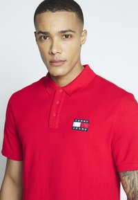 Tommy Jeans - BADGE  - Polo shirt - racing red - 3