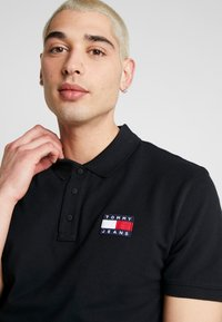 Tommy Jeans - BADGE  - Polo - black - 4