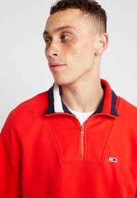 Tommy Jeans - SOLID ZIP MOCK NECK - Mikina - red - 3