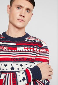 Tommy Jeans - AMERICANA STRIPE - Pullover - flame scarlet - 4