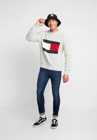 Tommy Jeans - FLAG - Svetr - pale grey heather - 1