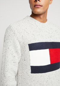 Tommy Jeans - FLAG - Svetr - pale grey heather - 5