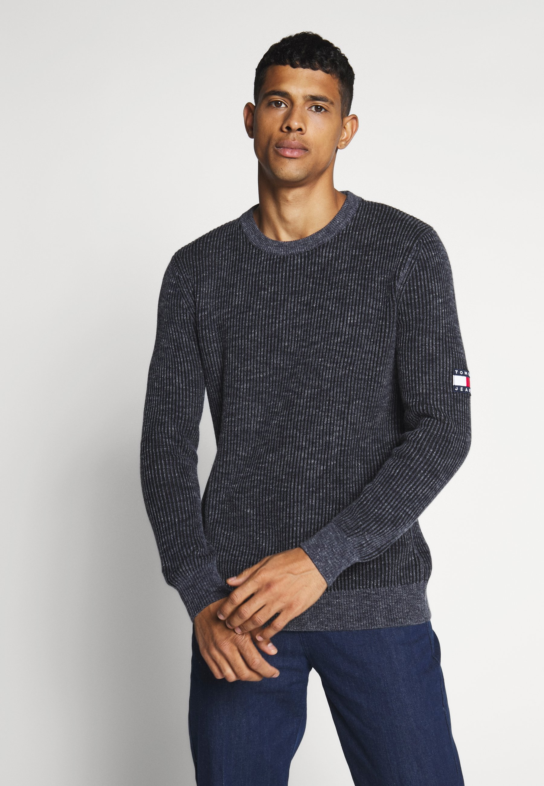 Tommy Jeans TJM TEXTURED BADGE SWEATER - Sweter - twilight navy