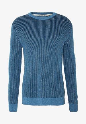 TJM TEXTURED BADGE SWEATER - Svetr - audacious blue