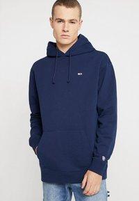 Tommy Jeans - CLASSICS HOODIE - Bluza z kapturem - blue - 0