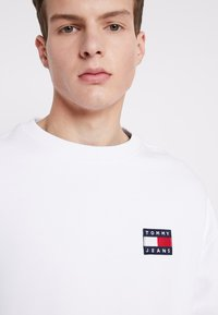 Tommy Jeans - BADGE CREW - Sweatshirt - white - 3