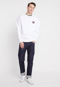 Tommy Jeans - BADGE CREW - Sweatshirt - white - 1