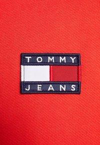 Tommy Jeans - BADGE CREW - Sweatshirt - red - 5