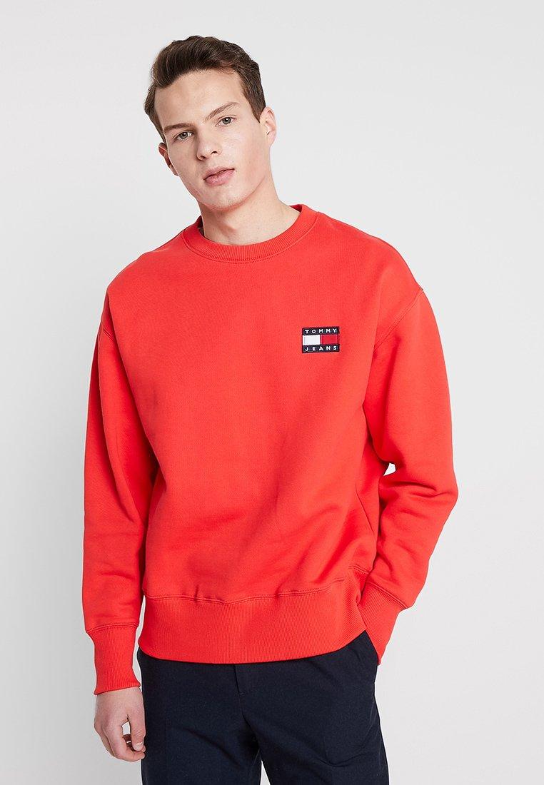 Tommy Jeans - BADGE CREW - Sweatshirt - red
