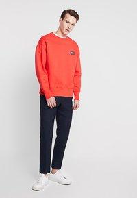 Tommy Jeans - BADGE CREW - Sweatshirt - red - 1