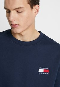 Tommy Jeans - BADGE CREW - Sweatshirt - blue - 3