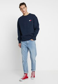Tommy Jeans - BADGE CREW - Sweatshirt - blue - 1