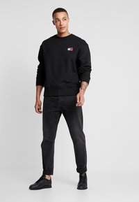 Tommy Jeans - BADGE CREW - Collegepaita - black - 1