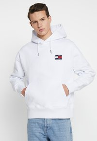 Tommy Jeans - BADGE HOODIE - Kapuzenpullover - white - 0