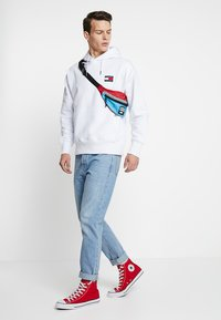 Tommy Jeans - BADGE HOODIE - Huppari - white - 1