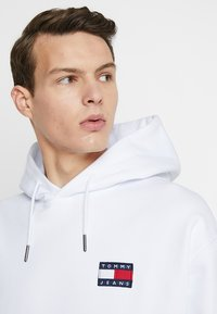 Tommy Jeans - BADGE HOODIE - Kapuzenpullover - white - 3