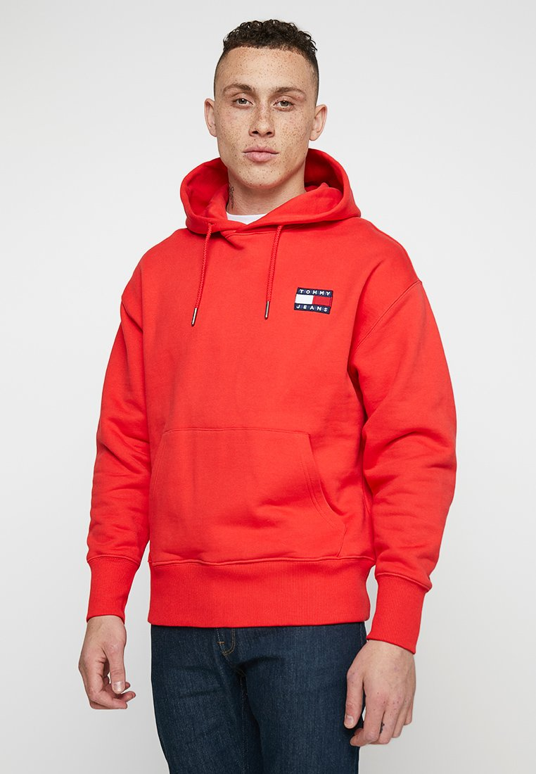 Tommy Jeans - BADGE HOODIE - Jersey con capucha - red