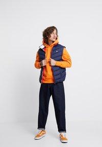 Tommy Jeans - BADGE HOODIE - Sweat à capuche - orange - 1