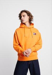 Tommy Jeans - BADGE HOODIE - Hoodie - orange - 0