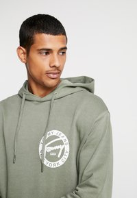 Tommy Jeans - GRAPHIC WASHED  - Mikina skapucí - green - 3