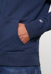 Tommy Jeans - SCRIPT ZIP THROUGH - veste en sweat zippée - black iris - 5