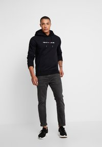 Tommy Jeans - STRAIGHT LOGO HOODIE - Huppari - tommy black - 1