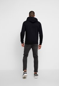 Tommy Jeans - STRAIGHT LOGO HOODIE - Huppari - tommy black - 2