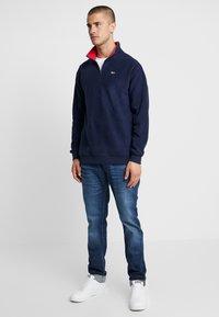 Tommy Jeans - POLAR MOCK NECK - Fleece trui - dark blue - 1