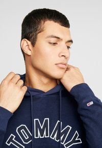 Tommy Jeans - REVERSED HOODIE - Sweat à capuche - black iris - 4