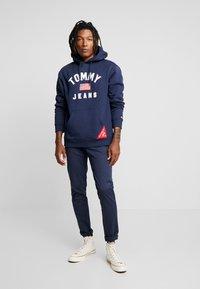 Tommy Jeans - AMERICANA HOODIE - Sweat à capuche - black iris - 1