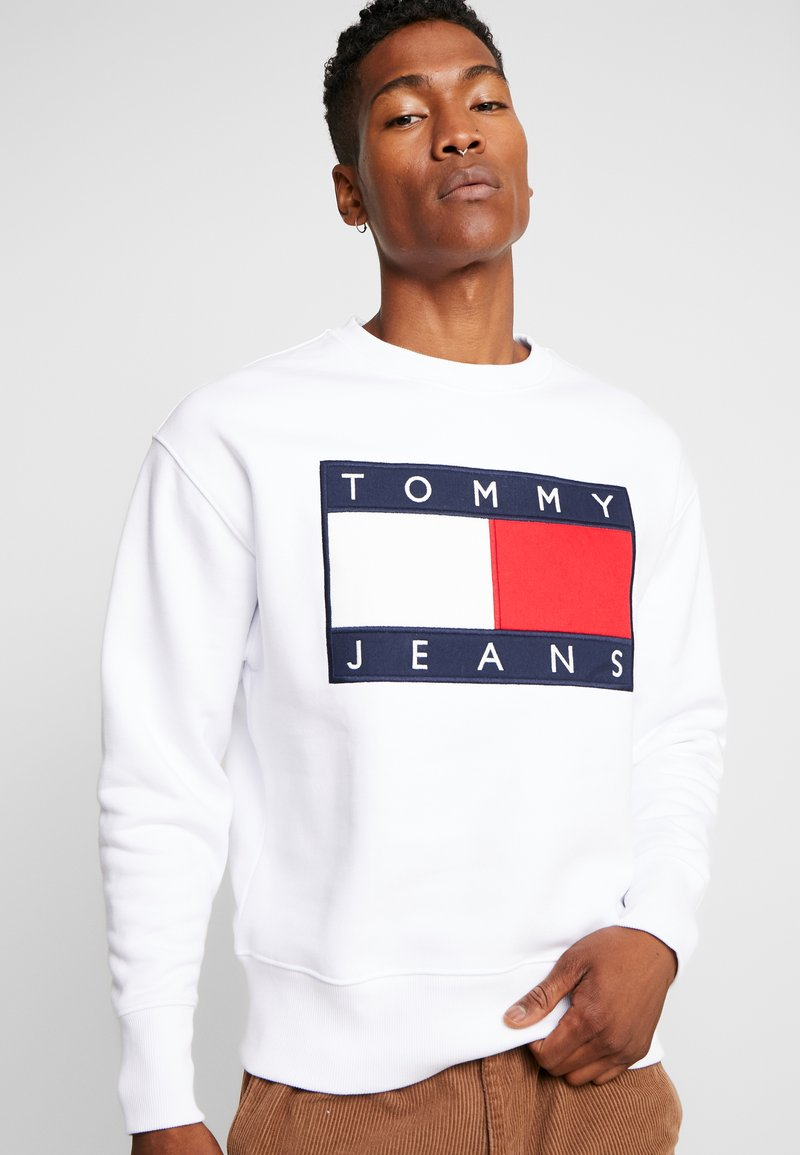 Tommy Jeans - FLAG CREW - Collegepaita - classic white