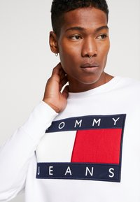 Tommy Jeans - FLAG CREW - Collegepaita - classic white - 4