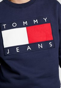 Tommy Jeans - FLAG CREW - Sweatshirt - black iris - 5