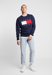 Tommy Jeans - FLAG CREW - Sweatshirt - black iris - 1