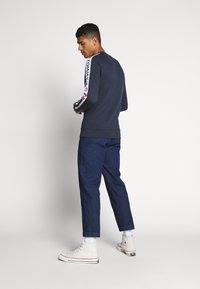 Tommy Jeans - BRANDED TAPE CREW - Bluza - twilight navy - 2