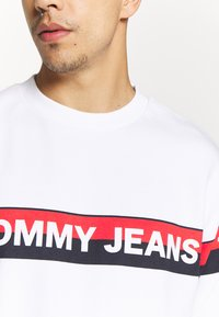Tommy Jeans - BAND LOGO CREW - Sweatshirt - white - 4
