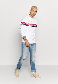 Tommy Jeans - BAND LOGO CREW - Sweatshirt - white - 1