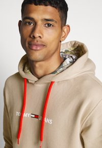 Tommy Jeans - CAMO HOODIE - Hoodie - stone - 5
